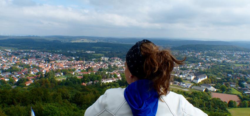 Wander-Bloggerin genießt die Aussicht im Teutoburger Wald